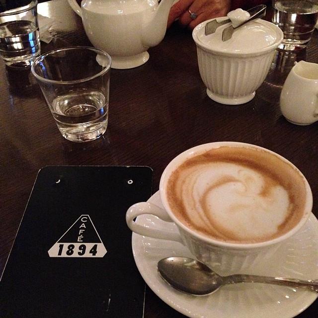 Instagram - 三菱一号館美術館Café1894に行って来ました。 かつては銀行営業室として利用されていた場所を可能な限り復元した場所だそうで、天井が高