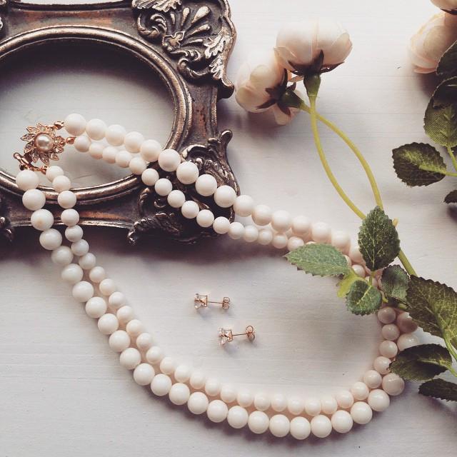 Instagram - 白珊瑚のネックレスと、 クリスタルのスクエアピアスをアップしました。  ぜひHPにてチェックしてみてくださいませ♡  #JasminJe