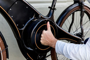 Demonstrating the removable battery on the Tiller Rides Roadster e-bike