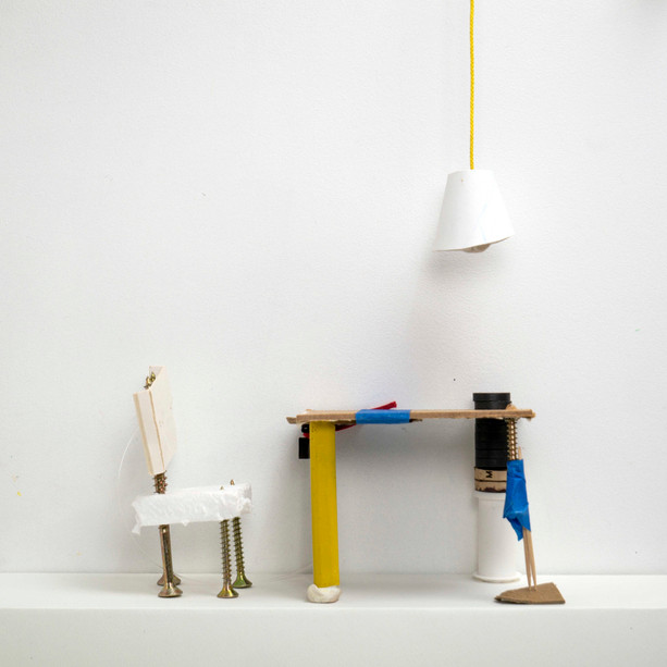 Table, chaise et lampe