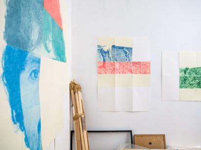 Vue d'atelier avec Autoportrait partiel et modulable et Scènes de la vie champenoise 1 et 2