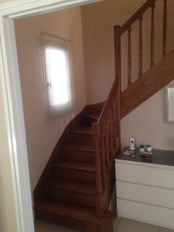 Escalier bois avant réno, coupe d'une partie rampe et peinture.
