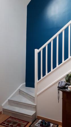Escalier bois moquetté APRES, habillage en panneau stratifié Rosemont, Ndm Argent