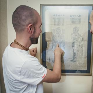 Akupunktio perustuu vanhaan kiinalaiseen lääketieteeseen. Eri puolilla kehoa sijaitsee akupisteitä, jotka spesialisti tuntee useamman vuoden opiskelun tuloksena
