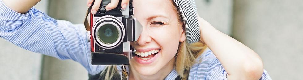 une femme prend une photo