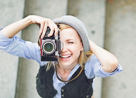 結婚式で写真撮影をする女性カメラマン、レンズを通して感じられるたのしそうな雰囲気、クリップオンストロボ使用