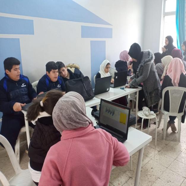 难民学校学生学习电脑