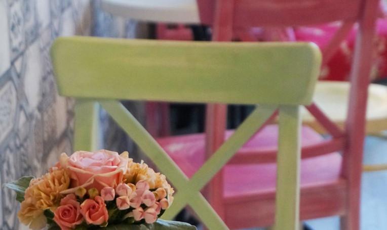 Kézzel festett- antikolt székek mini rózsacsokorral