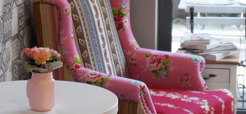 Elegáns olvasó- kávézósarok a vendégtérben