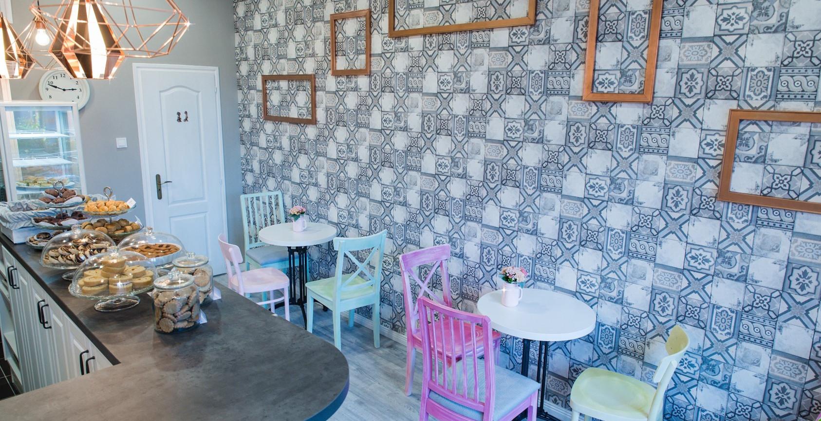 A Vendégtér : kézzel festett és antikolt székek, vörösréz függőlámpák