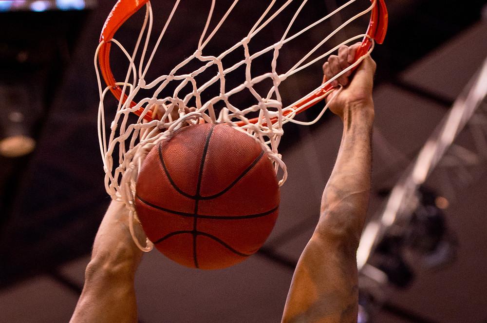 מבט מקרוב על הכדור שנכנס לסל