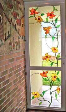 Porte d'entrée avec vitrail de fleurs en Tiffany