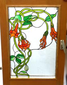 Fenêtre avec des fleurs en Tiffany