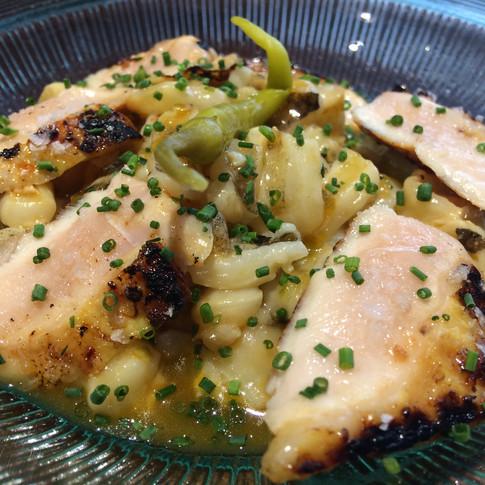 Callos de bacalao con pollito coquelet marinado en salsa de chiles dulces.