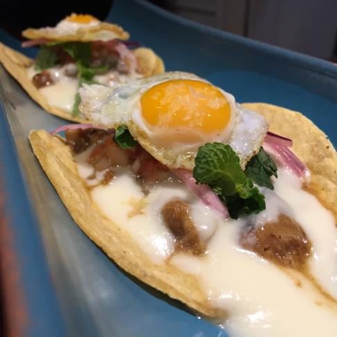 Tacos de cerdo y ternera rustidos con salsa de queso y huevo de codorniz