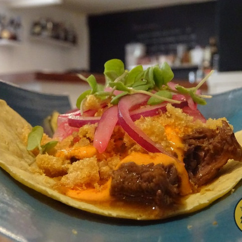 Tacos de morcillo con mayonesa de pimiento del piquillo. Foto de Vida de Madrid.