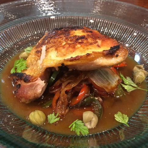 Contramuslo de pollo de corral a baja temperatura con chop suey de verduras y jugo de ave.