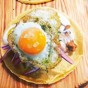 Tacos de cerdo y ternera rustidos con salsa de queso y huevo de codorniz.