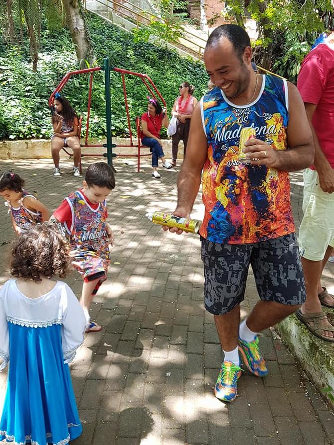 Exemplo de Carnaval civilizado Os Madalena