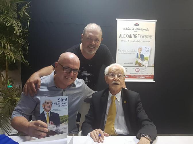 "Senhor Alexandre Rodrigues Gonçalves  Noite de autógrafos livro ""Sim Viver vale a pena"""
