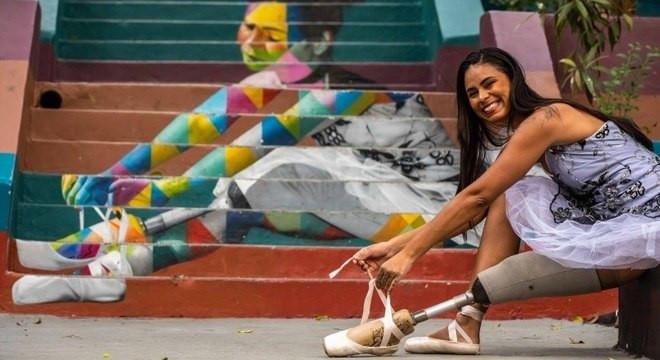 """""""Vou poder voltar a dançar?"""" Essa foi a primeira pergunta que a bailarina Mel Reis, 33 anos, fez a seu médico após ter a perna esquerda amputada, em 2014, devido a uma infecção no osso."""