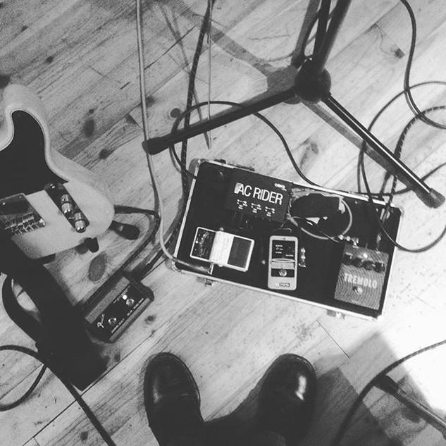 Cosy en studio pour enregistrer _This ch