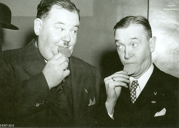 Postkarte: Laurel & Hardy Backstage
