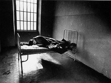 Persona tumbada en una cama