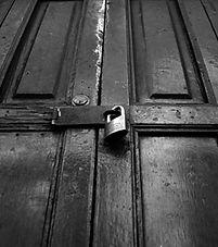Puerta cerrada con un candado