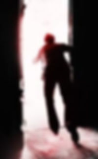Persona escapando de una habitación oscura.