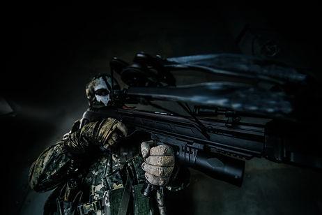 Secuestrador armado apuntando con un arma.