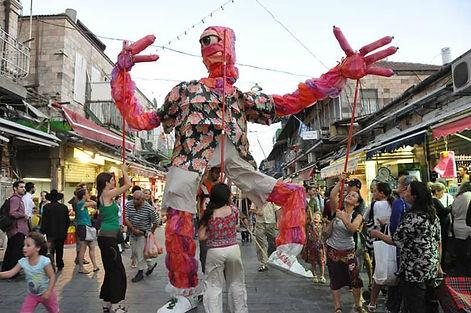 תיאטרון רחוב .אדם יכין. בובות ענק