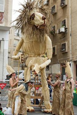 אריה ענק המורכב מליפות (ניתן גם להאיר בלילה)