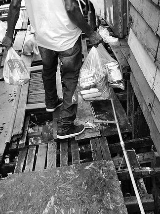 pessoa-entregando-alimentos-em-comunidad