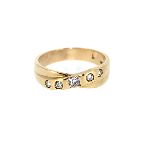 Twist Diamond And Gold Ring