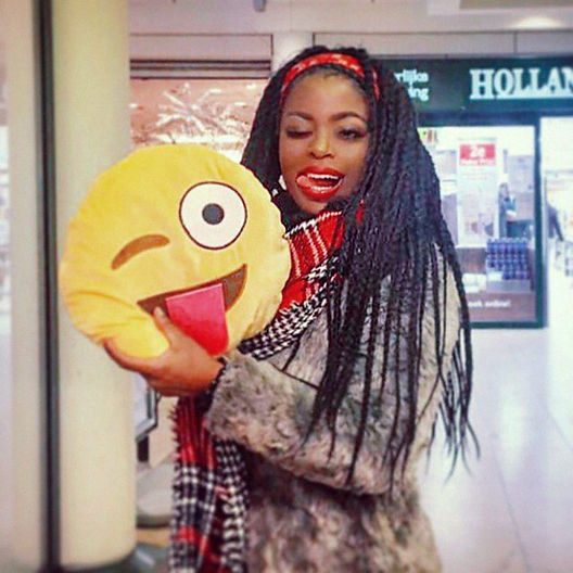 Kizzy, singer, songwriter, dutch, zangeres, presentatrice, tv host, tv presenter, poet, dichter, spreker, public speaker, smiley, emoji