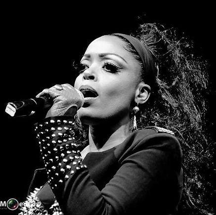 Kizzy, singer, songwriter, dutch, zangeres, presentatrice, tv host, tv presenter, poet, dichter, spreker, public speaker