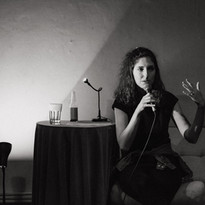 Jana Wohlmuth Markupová přednáší na Havel Night, večeru, věnovaném korespondenci bratrů Havlových, v režii naší studentky Elišky Bartůňkové (2020).