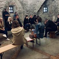 Momentka z tradičního orálně historického workshopu na hradě Sovinec, prezentace studentských výzkumů.