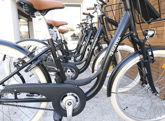 Photo de plusieurs vélos de ville noir et marron de la marque matra disponible à la location dans notre agence