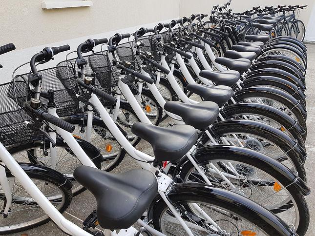 les vélos de ville du centre de location velo à Ronce Les Bains, La Tremblade, en arrière plan des VTT, VAE, VTC