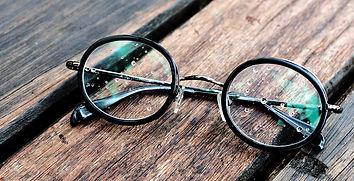 brillenglazen-hoofd.2560x900.jpg