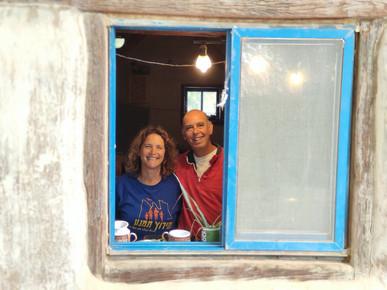 זוג בחלון כחול בית אקולוגי.jpg