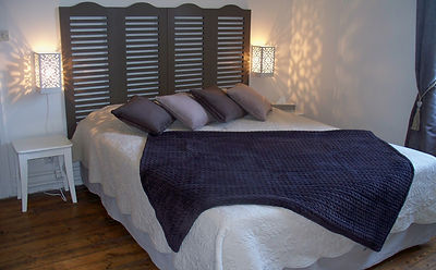 Une grande chambre d'hôtes avec lit 160, salle de bain attenante et coin tisanière