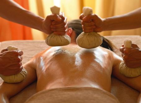 Le massage aux pochons de Siam (Nuad Plakob)