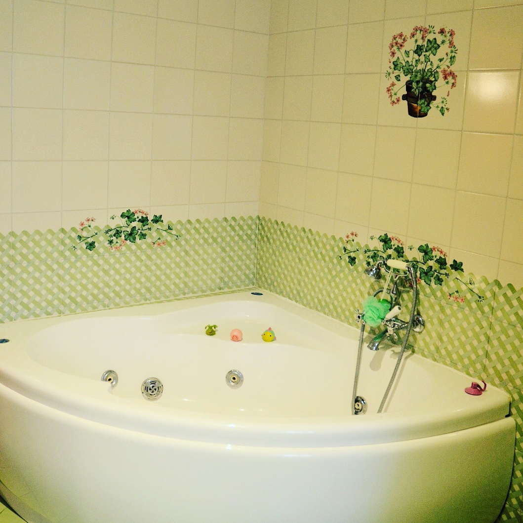 Green bathroom Jacuzzi