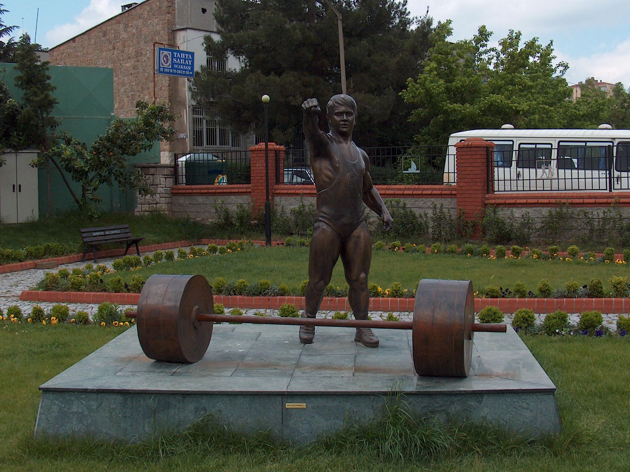 Naim Süleymanoğlu Heykeli