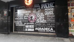 IMPRESSÃO E INSTALAÇÃO DE ADESIVO DE VITRINE DA PERFUMARIA BEIJO