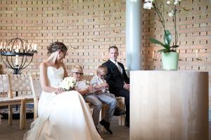 Den lille familien venter spent på presten