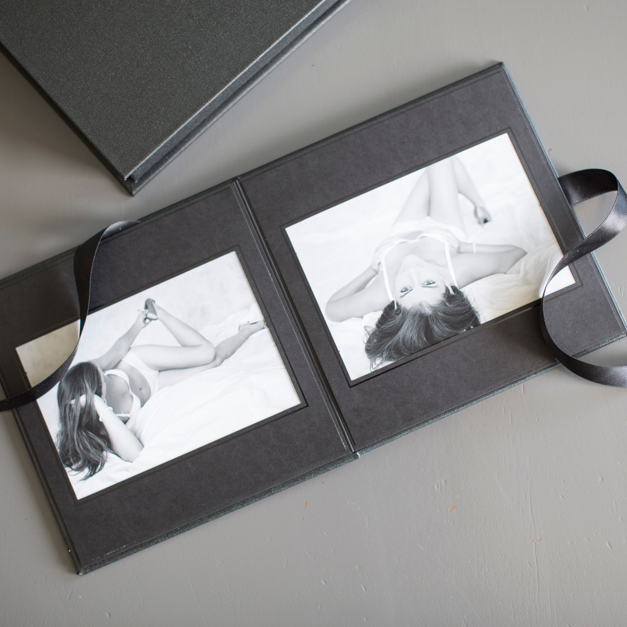 Inkludert i boudoir fotograferingen er det et lekkert brettealbum med plass til 10 bilder. Albumet er i størrelsen 16x16 cm.